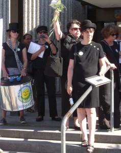 Demonstration gegen das GVZ III Siekanger vor dem Neuen Rathaus in Göttingen aber die Kommunalpolitiker interessiert es nicht