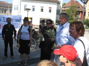 Stadt Göttingen, Umweltausschuss. Dr. Hans-Georg Scherer erhält die letzte Garbe vom Siekanger.