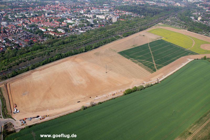 Vernichtung eines riesigen Lebensraum der streng geschützten Feldlerche. Die Bauarbeiten dauern trotz Brutzeit an.